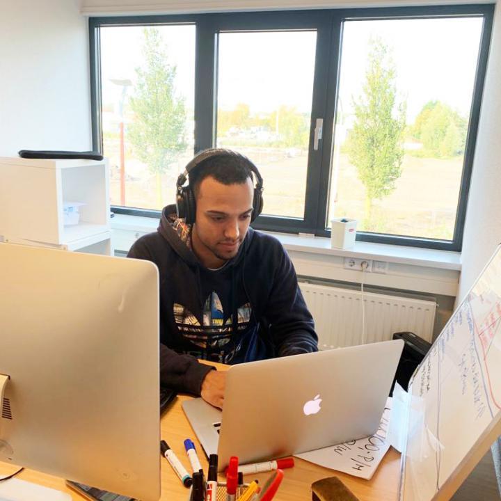Gilian aan het werk bij Webshoplocatie vanuit zijn kantoor